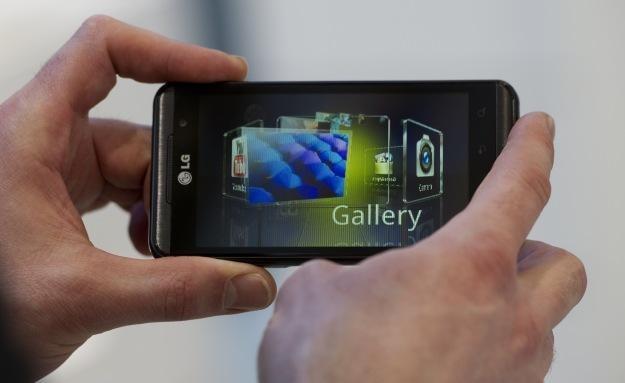 Wpatrywanie się w trójwymiarowy ekran smartfona może bardzo męczyć wzrok /AFP