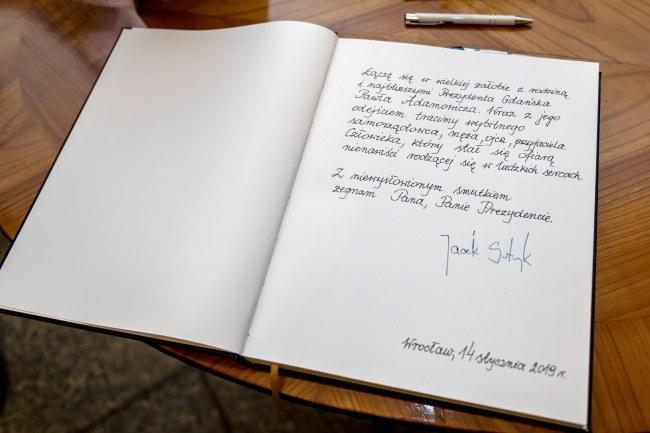 Wpis prezydenta Wrocławia Jacka Sutryka do księgi kondolencyjnej /Maciej Kulczyński /PAP