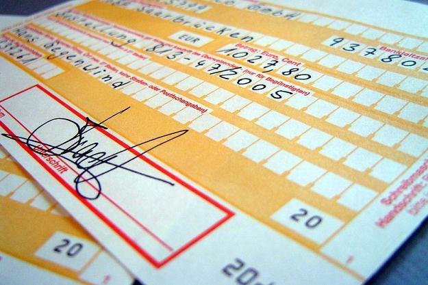 Wpłata pieniędzy na rachunek innego podmiotu może spowodować konieczność zapłaty podatku /© Panthermedia