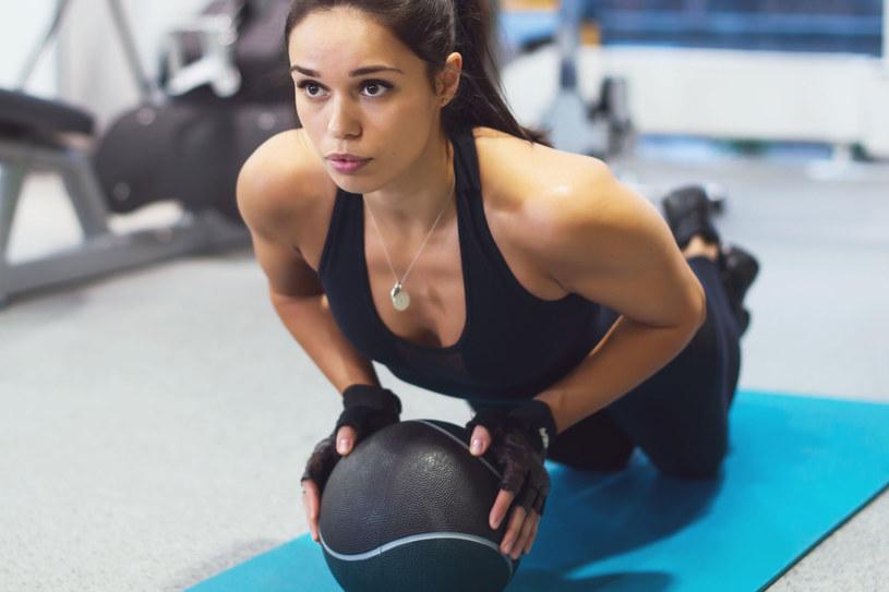 Wprowadz piłkę do ćwiczeń. Zwiększysz efektywność treningu. /123RF/PICSEL
