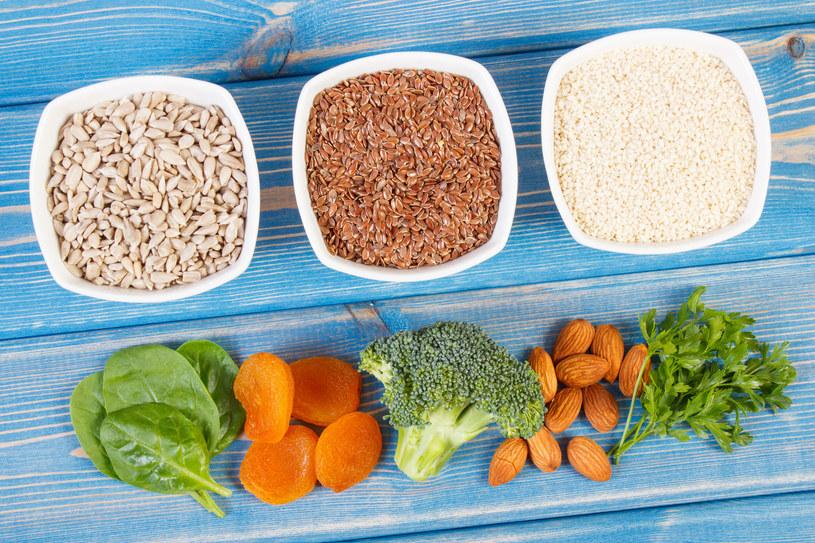 Wprowadźmy zwyczaj codziennego zjadania ziarenek słonecznika, sezamu czy siemienia lnianego /©123RF/PICSEL