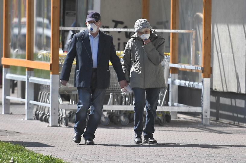 Wraca obowiązek zakrywania ust i nosa na świeżym powietrzu /Mateusz Jagielski/East News /East News