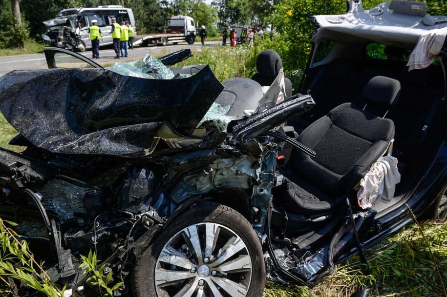 Wrak auta osobowego po zderzeniu z busem [zdj. ilustracyjne] /PAP/Jakub Kamińsk /PAP