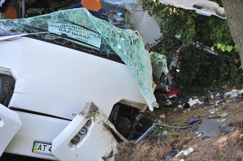 Wrak autokaru w miejscu wypadku autobusu na DK 17 /Przemysław Piątkowski /PAP