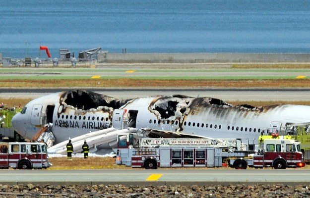 Wrak Boeinga 777 na lotnisku w San Francisco /AFP