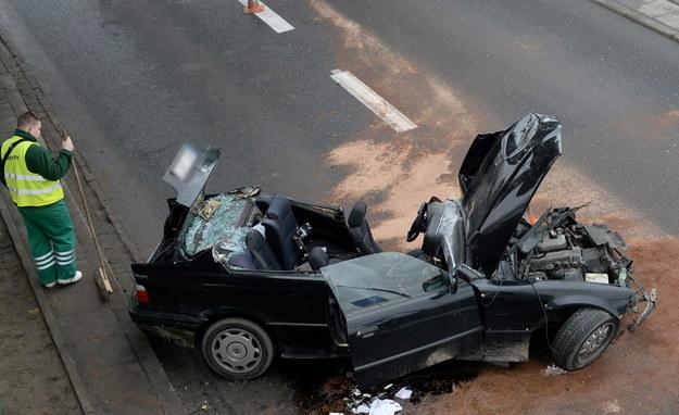 Wrak samochodu bmw, który rozbił się na filarze mostu /Bartłomiej Zborowski /PAP