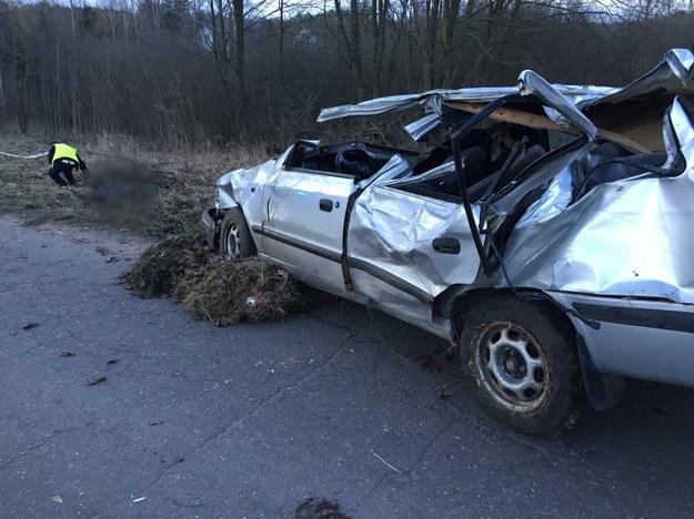 Wrak samochodu, którym podróżowali młodzi ludzie /KMP Olsztyn /