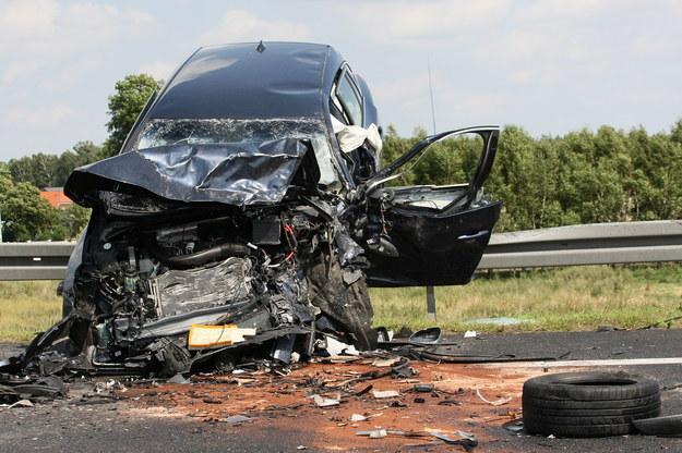 Wrak samochodu na miejscu tragicznego wypadku  w pobliżu Niedoradza /Lech Muszyński /PAP