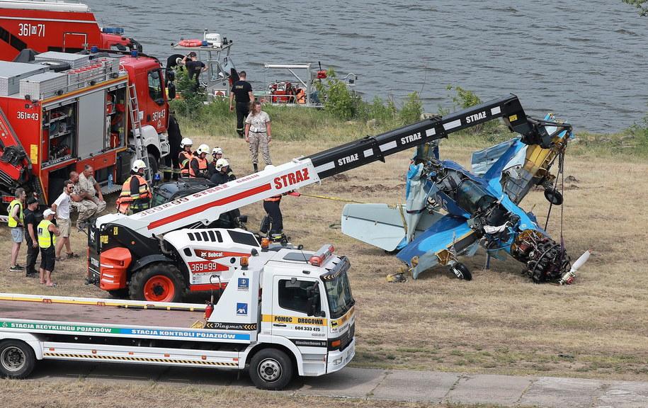 Wrak samolotu został wyciągnięty z Wisły /Piotr Augustyniak /PAP