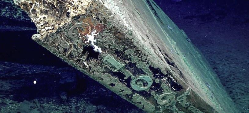 """Wrak statku znaleziony przez Okeanosa  - na sterze widać liczba """"2109"""". Nie wiadomo jeszcze, co oznacza ta kombinacja cyfr. Fot. NOAA /materiały prasowe"""