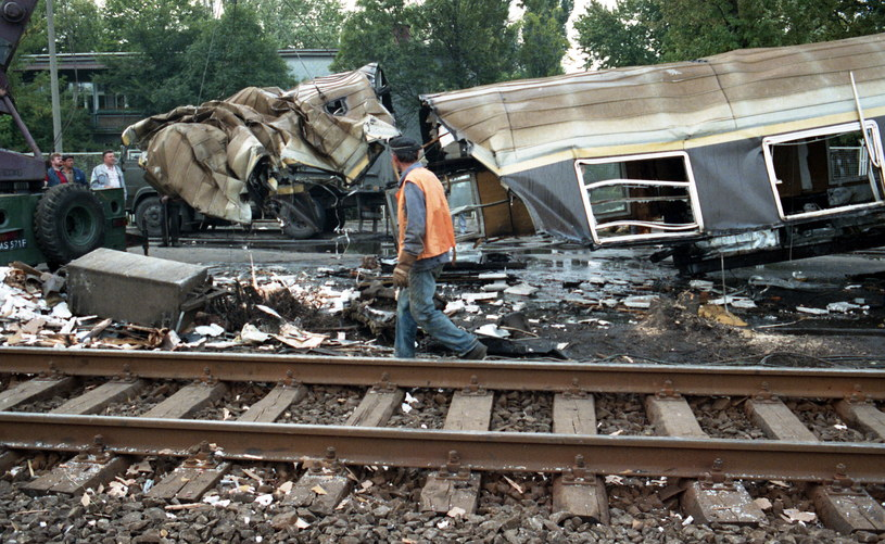 Wrak wagonu, który został zniszczony w katastrofie kolejowej z 20 sierpnia 1990 r. /Fot. Jerzy Kosnik /Agencja FORUM