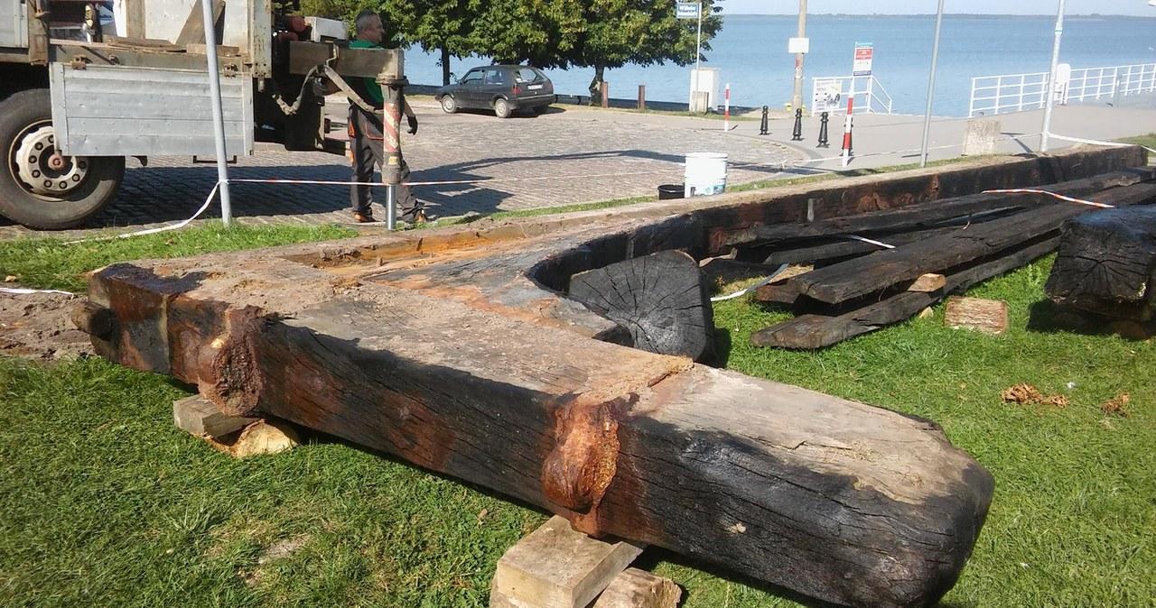 Wrak żaglowca odkryty na plaży w Międzywodziu jest już w konserwacji