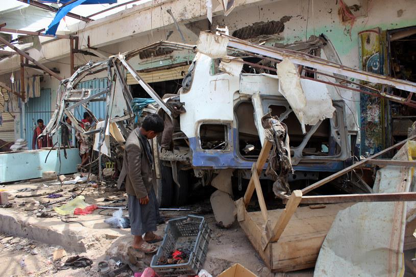 Wrak zniszczonego autobusu /STRINGER /AFP