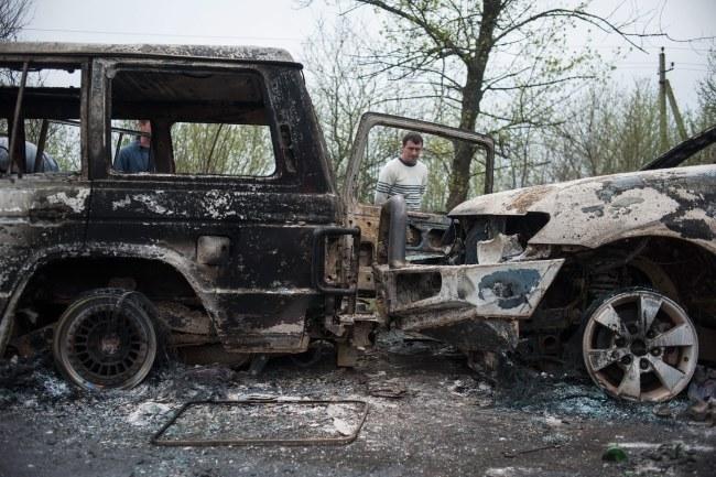 Wraki spalonych samochodów w Słowiańsku /PAP/EPA/ROMAN PILIPEY /PAP/EPA