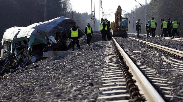 Wraki wagonów na miejscu katastrofy kolejowej, fot. A. Grygiel /PAP