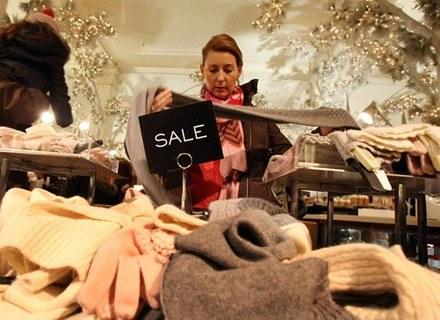 Wrażenia dotykowe podczas zakupów są dla wielu osób decydujące /AFP