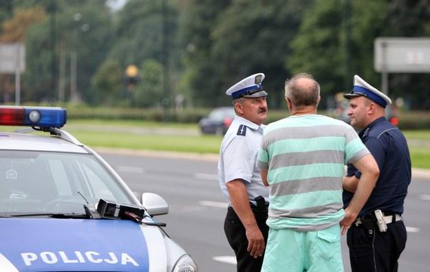 Wręczając funkcjonariuszom dokumenty napomykamy, że nasz szwagier ze strony zięcia też pracuje w policjii... /Fot. Stanisław Kowalczuk /East News