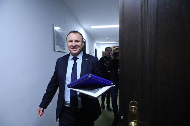 Wreszcie jest! Jacek Kurski spóźniony, ale uśmiechnięty /Stanisław Kowalczuk /East News