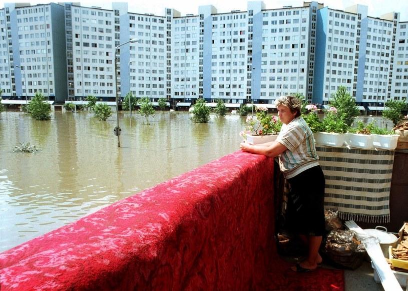 Wroclaw, lipiec 1997. Osiedle Kozanów, kobieta na balkonie ogląda zalaną okolice w czasie powodzi. Na balkonie suszy sie dywan /Aleksander Keplicz /Agencja FORUM