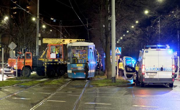 Wrocław: Młoda kobieta wpadła pod tramwaj. Jej stan jest ciężki
