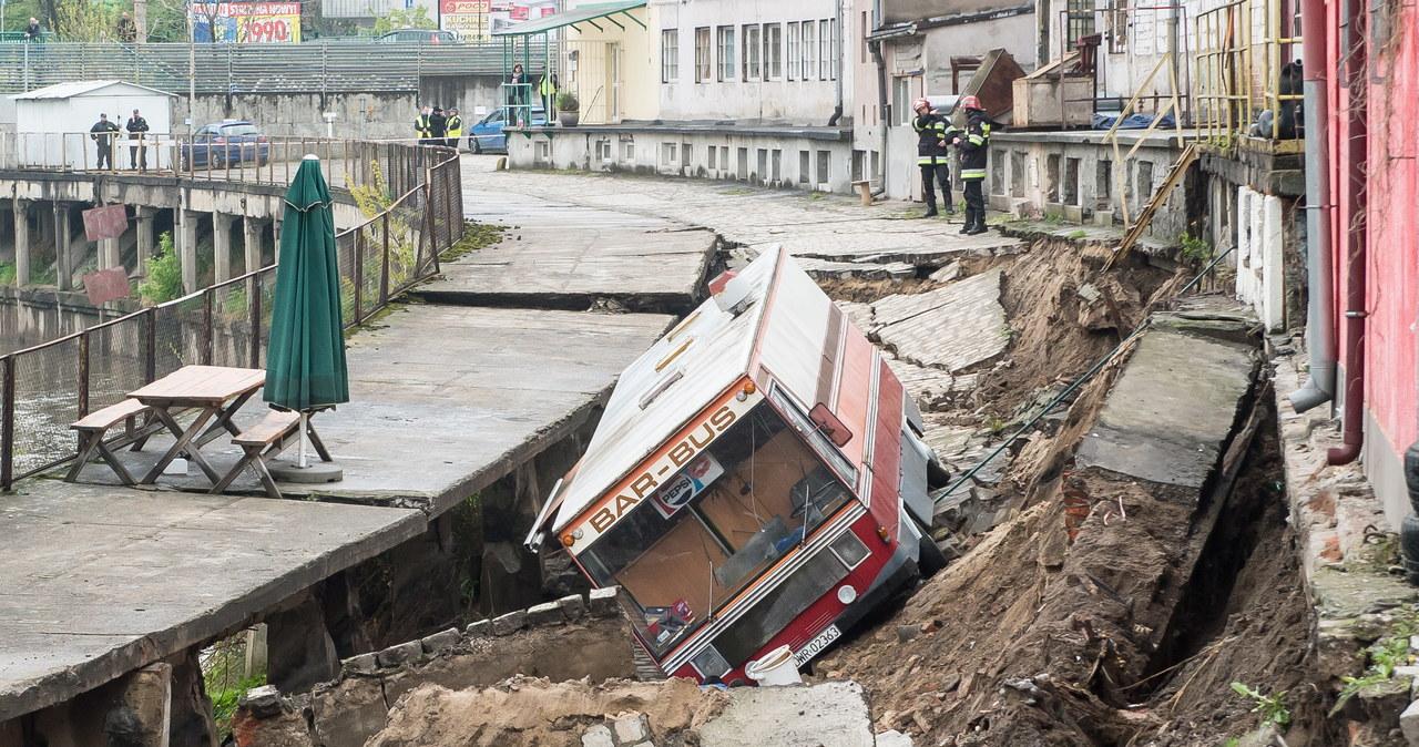 Wrocław: Potężne osuwisko na nabrzeżach Odry. Ewakuowano 30 osób