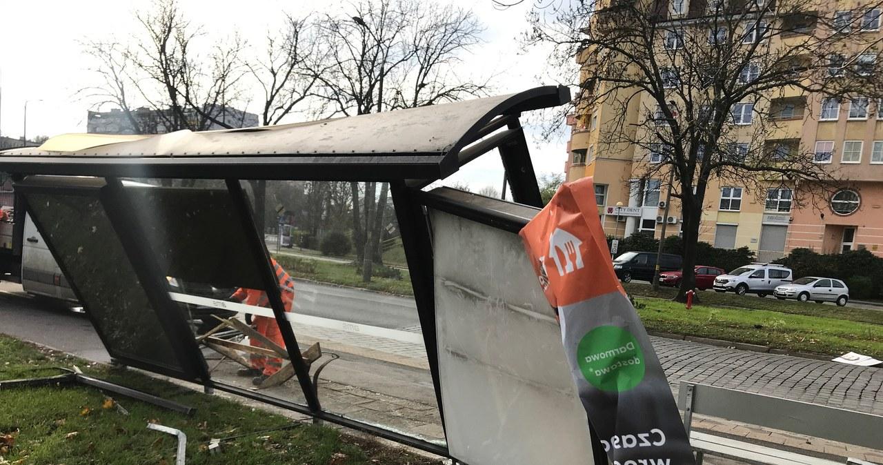 Wrocław: Samochód wjechał w przystanek
