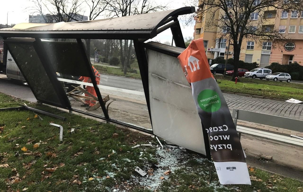 Wrocław: Wjechał w przystanek autobusowy. 37-latek zatrzymany