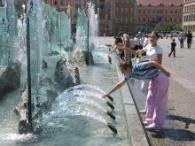 Wrocławianie szukają ochłody w fontannie /RMF