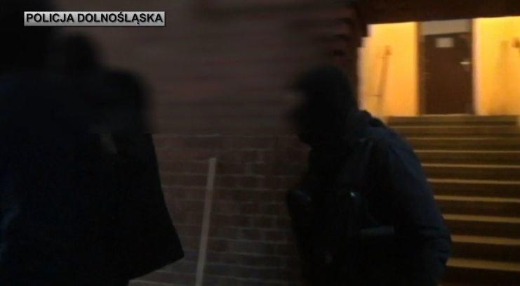 Wrocławscy policjanci zatrzymali poszukiwanego trzema listami gończymi 49-latka /Policja