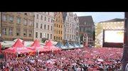 Wrocławska strefa kibica śpiewa hymn Polski