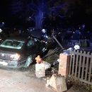 Wronki: Samochód staranował płot i wjechał na cmentarz