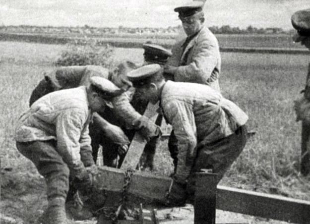 Wrzesień 1939. Żołnierze Armii Czerwonej niszczący polskie znaki graniczne /KARTA /Agencja FORUM