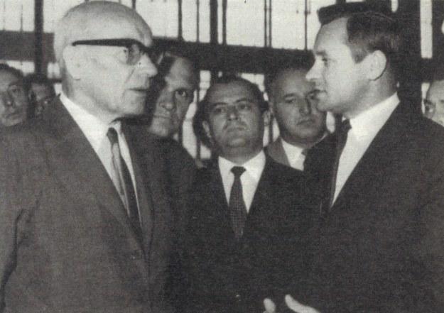 Wrzesień 1968 r., pierwsza wizyta Władysława Gomułki (pierwszy z lewej) w FSO, po uruchomieniu licencji Fiata, za nim Tadeusz Wrzaszczyk, a pierwszy z prawej Edward Pietrzak, późniejszy dyrektor naczelny FSO. W środku Bogdan Czechowski, sekretarz PZPR FSO. /Motor