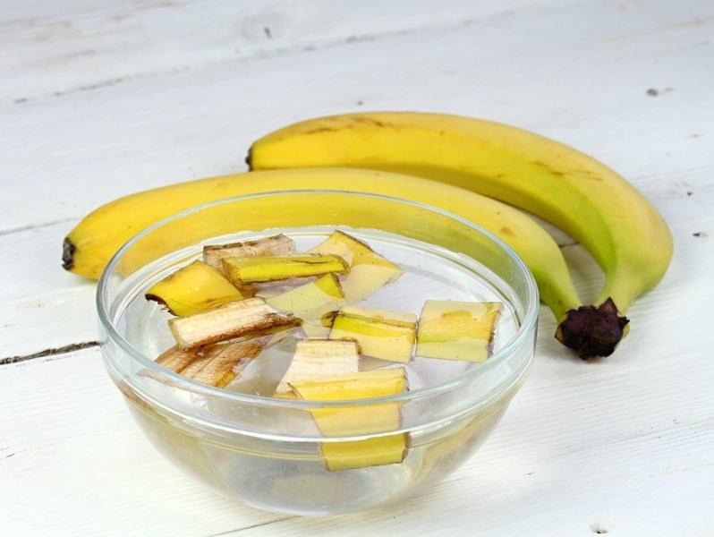 Wrzuć skórkę od banana do słoika i zalej wodą /123RF/PICSEL