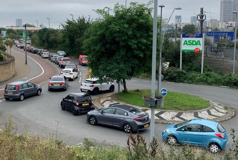 Wschodni Londyn; kolejka do stacji benzynowej /AFP