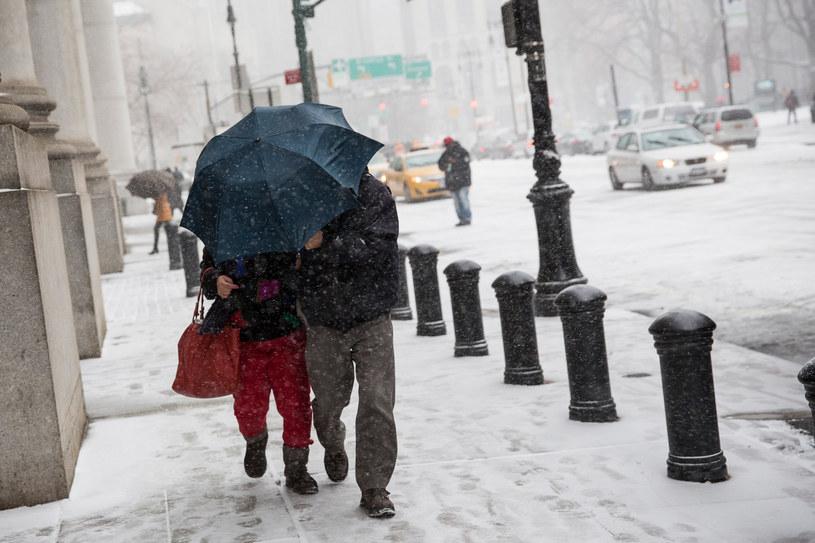 Wschodnie wybrzeże przygotowuje się na śnieżycę /AFP