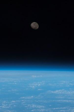 Wschodzący Księżyc widziany z pokładu ISS