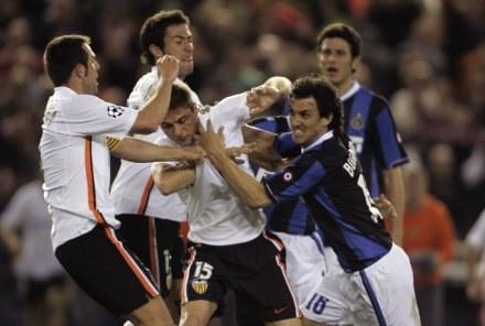 Wściekły Burdisso atakuje Joaquina już po meczu na Mestalla /AFP