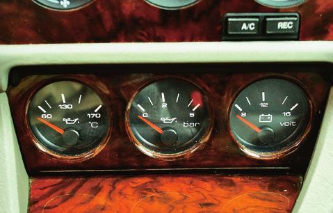 Wskaźniki temp. i ciśnienia oleju oraz ładowania zarezerwowano dla odmiany V6. /Motor