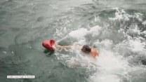 Wskoczył do lodowatej wody, żeby... Nie uwierzysz!