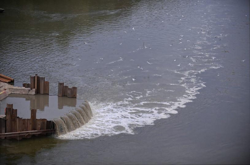 """Wskutek awarii dwóch kolektorów doprowadzających nieczystości do oczyszczalni """"Czajka"""" spływają one bezpośrednio do rzeki /Marcin Obara /PAP"""