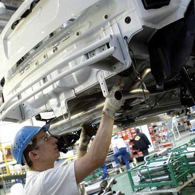 Wsparcie z programu będą mogli otrzymać przedsiębiorcy m.in. z sektora motoryzacyjnego /AFP