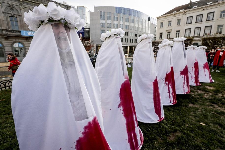 Wspierający Polki w walce o prawo do aborcji demonstrują przed gmachem Parlamentu Europejskiego, 25 listopada /OLIVIER HOSLET /PAP/EPA