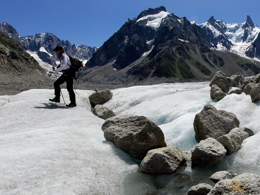 Wspinacz na lodowcu Mer de Glace znajdującym się na północnym stoku masywu Mont Blanc /OLIVIER HOSLET /PAP/EPA