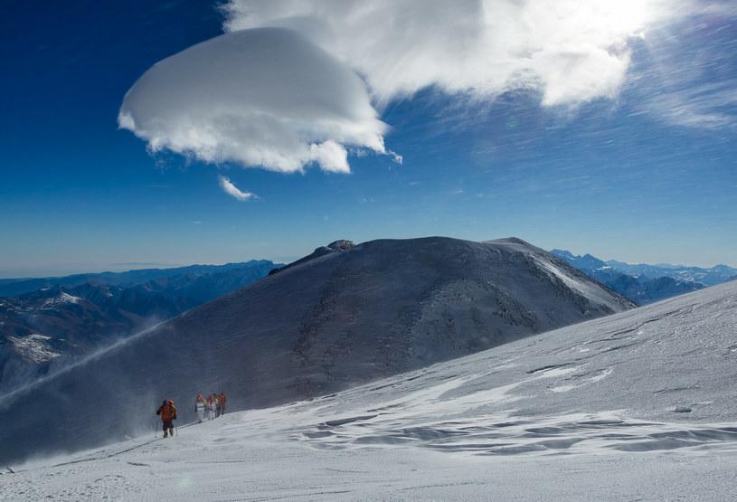 Wspinacze wchodzą na szczyt góry Elbrus; zdj. ilustracyjne /AP /East News