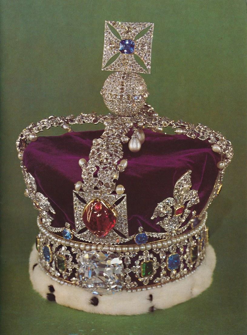 Współczesną brytyjską koronę państwową wykonano wroku 1937. Zdobi ją 2868 diamentów, 273 perły, 17szafirów, 11szmaragdów i 5rubinów. Warta jest 27 mln funtów /East News