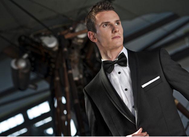 Współczesna wersja wytwornego pana młodego to elegancja w stylu Jamesa Bonda /Crux /Magazyn Wesele