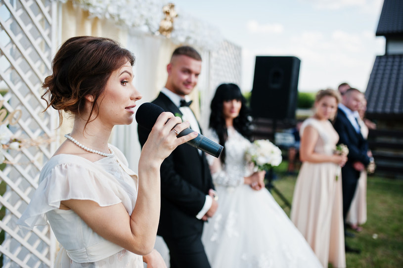 Współczesne śluby i wesela czerpią z dawnej tradycji /123RF/PICSEL