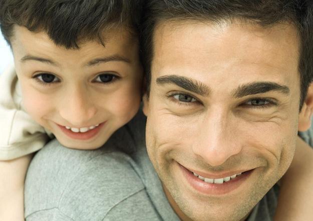 Współcześni ojcowie mają zarabiać dużo, pomagać żonom i opiekować się dziećmi. /AFP