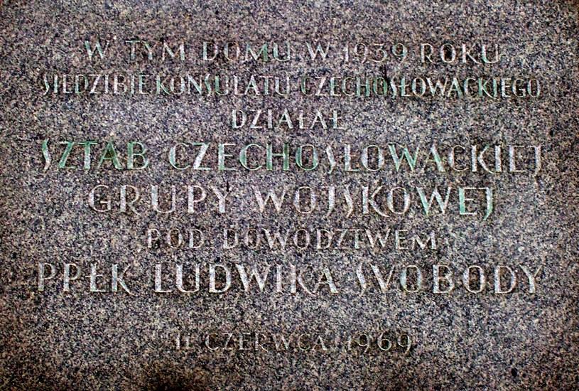 Współcześnie istniejąca tablica pamiątkowa na budynku dawnego Konsulatu Generalnego Czechosłowacji /Odkrywca